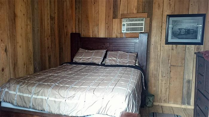 Gator Raiderz, room in cottage